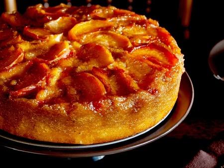 Реване - сиропиран обърнат сладкиш с компот от праскови или кайсии и карамелизирана захар за десерт - снимка на рецептата